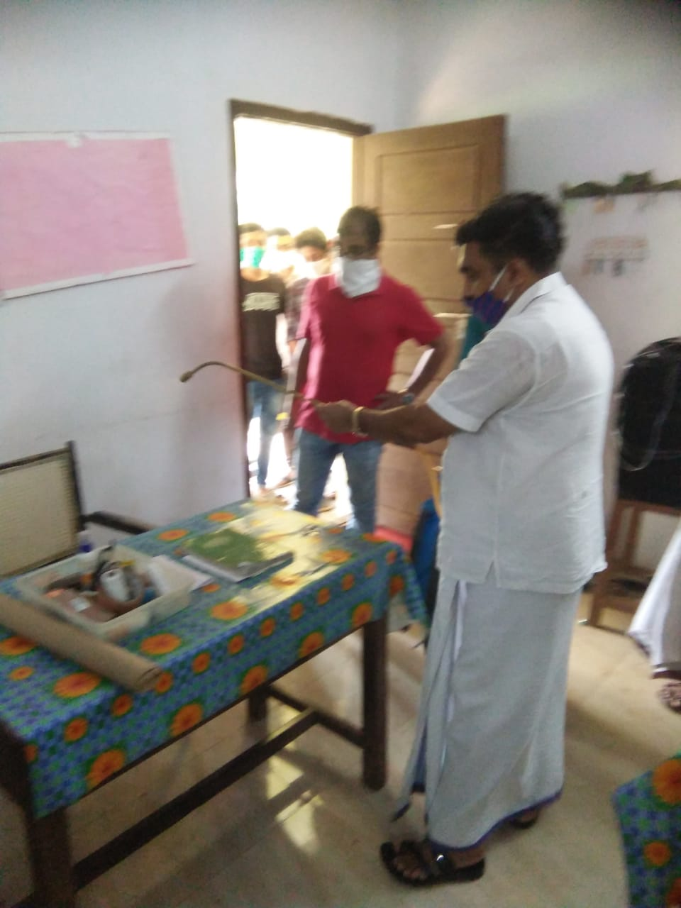 Photo of എസ്.എഫ്.ഐ പ്രവർത്തകർ പരീക്ഷാ ഹാളുകൾ അണുവിമുക്തമാക്കി.
